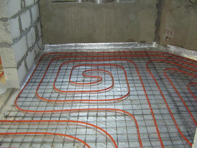Водяной теплый пол является отличной альтернативой радиаторному отоплению в дополнение к центральному.